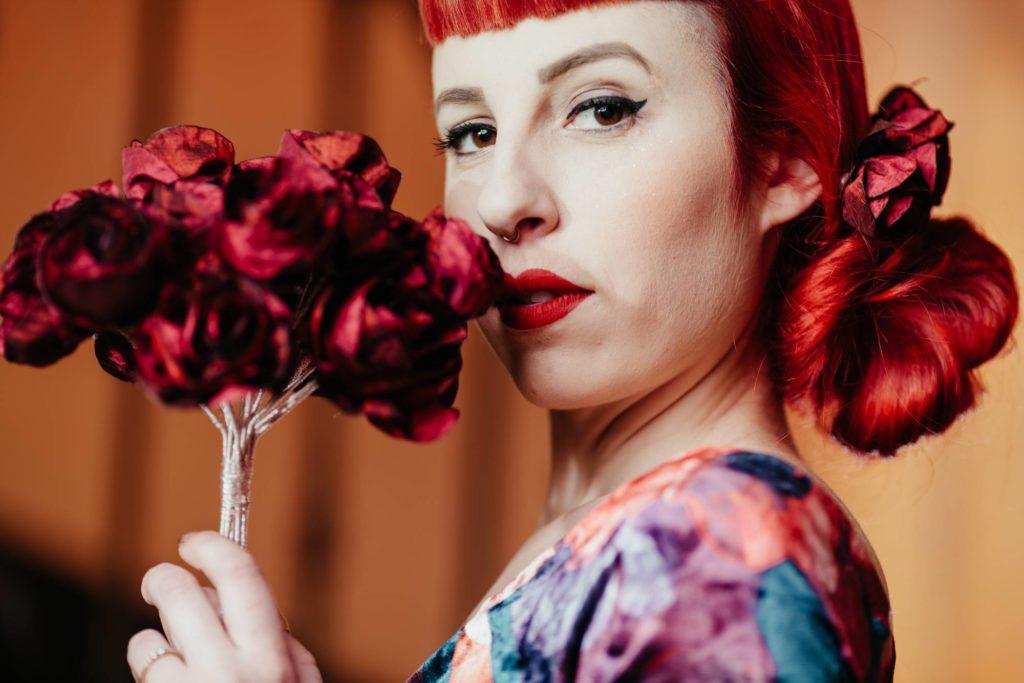 Bouquet tissu Peigne floral Roses rouges Alice Marty Fleuriste textile Albi Toulouse crédit photo ©Barth Photographie