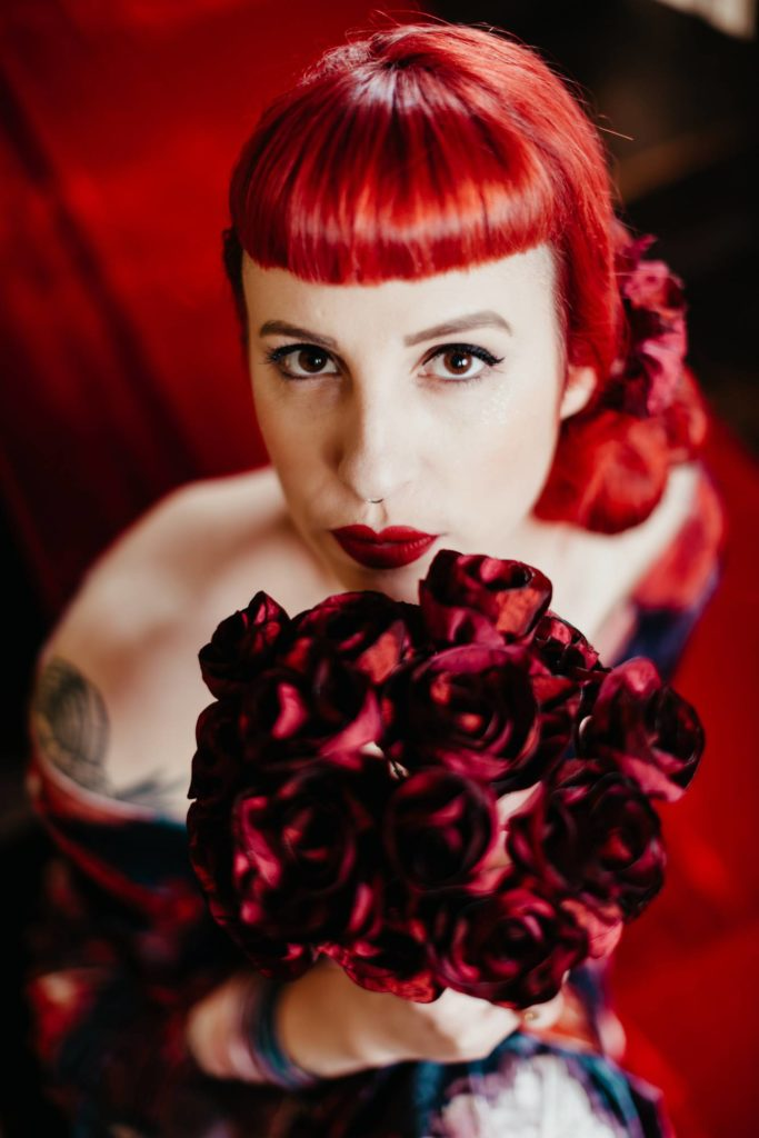 Red hair girl Fabric roses Fabric fowers Inked girl Alice Marty crédit photo ©Barth Photographie