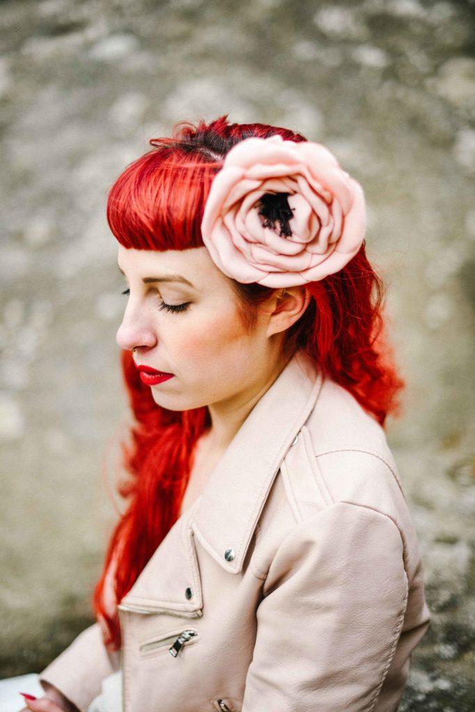Rose dans les cheveux mariée rock Alice Marty Accessoires mariage Toulouse Albi Bordeaux