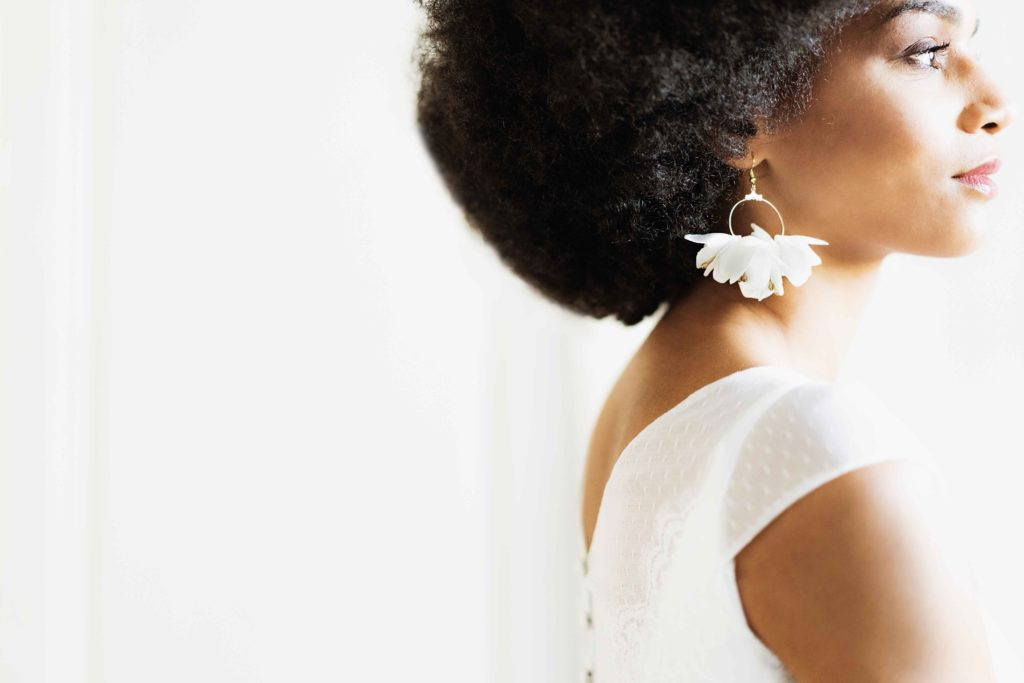 Alice Marty Créatrice d'accessoires mariage Boucles d'oreilles créoles fleuries oversize