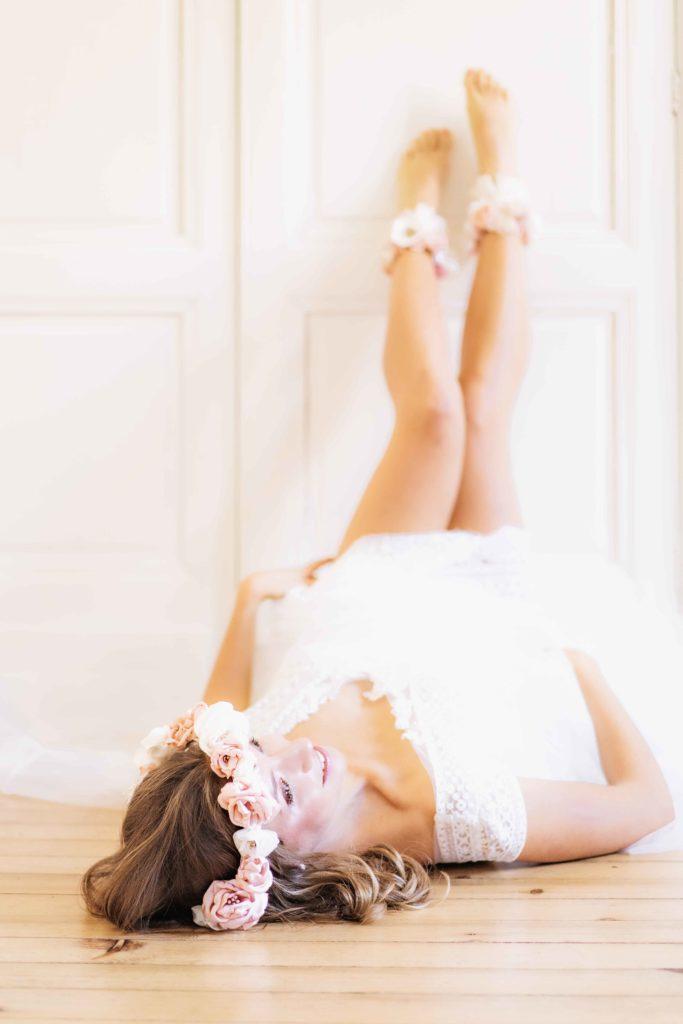 Alice Marty Créatrice d'accessoires mariage Bracelet de cheville fleuri bohème ivoire nude rose pâle