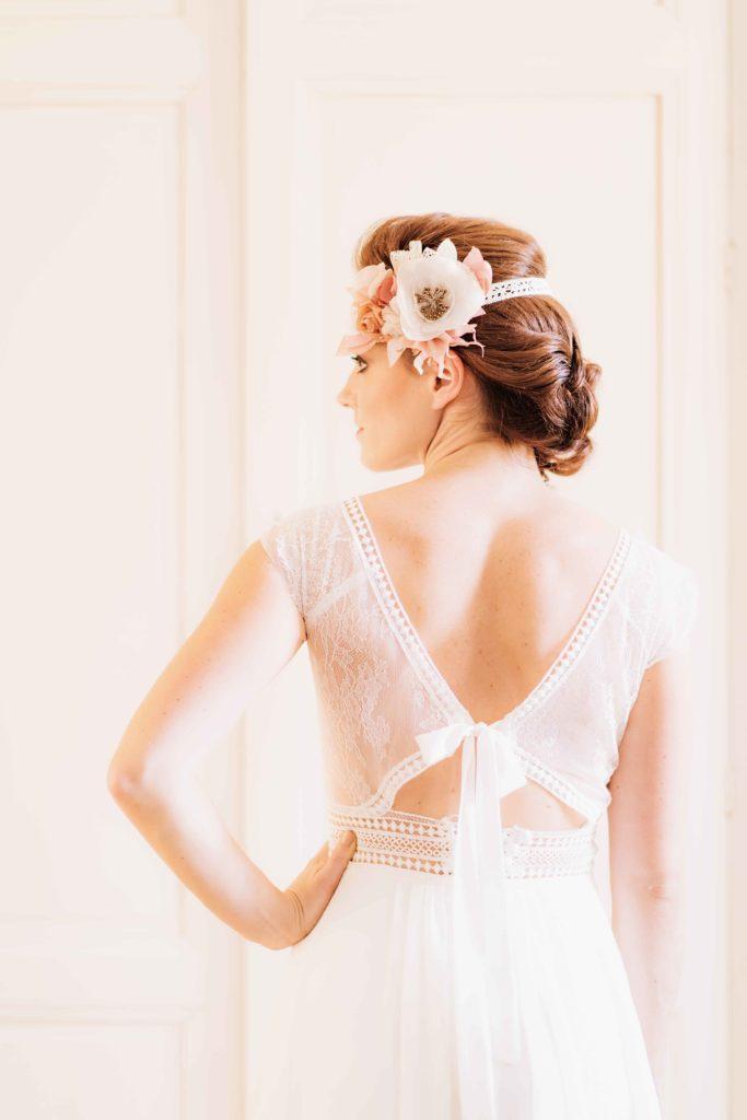 Alice Marty Créatrice d'accessoires mariage Headband fleuri sur dentelle