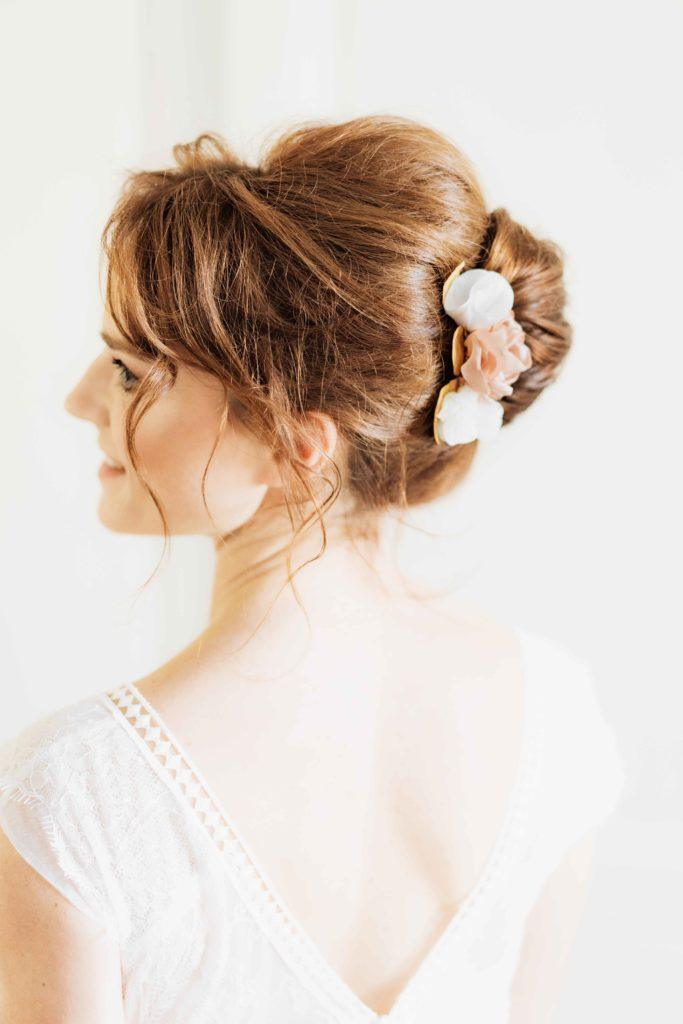 Alice Marty Créatrice d'accessoires mariage Peigne mariée fleuri Trois fleurs rose ancienne feuilles dorées