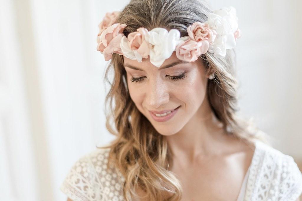 Alice Marty Créatrice d'accessoires mariage Couronne de roses anciennes ivoire et nude
