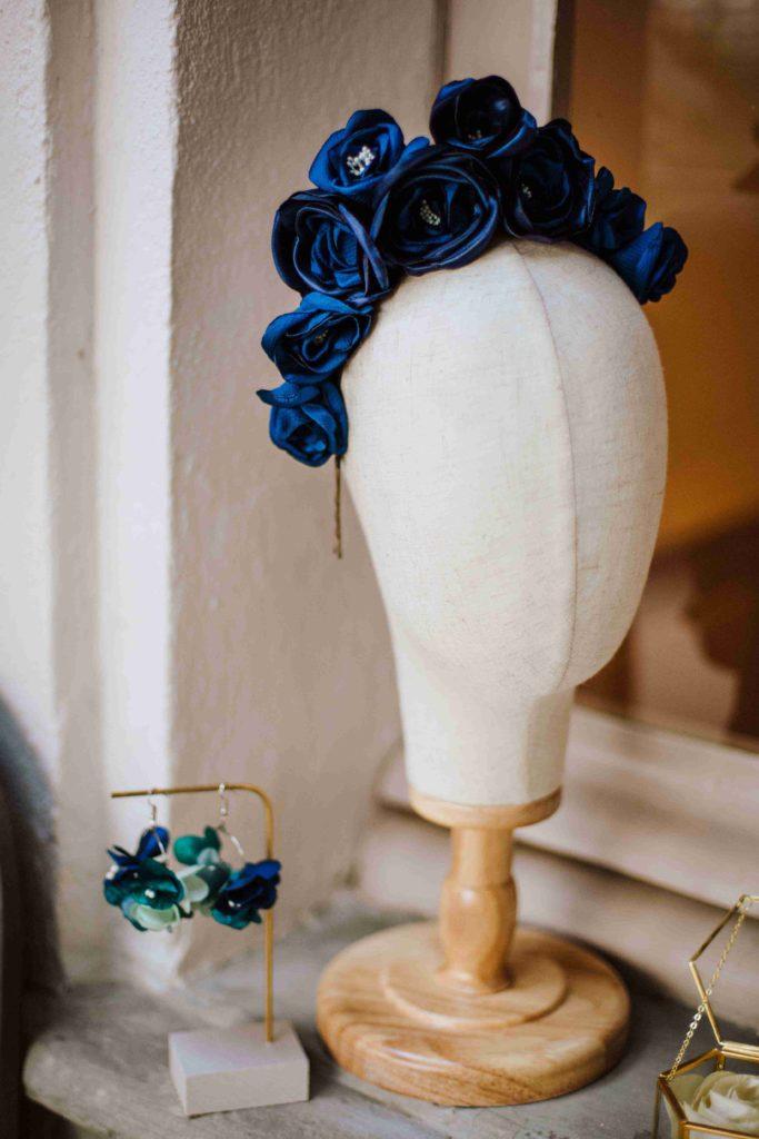 Alice Marty Couture florale Couronne de fleurs mariée tissu bleu pantone