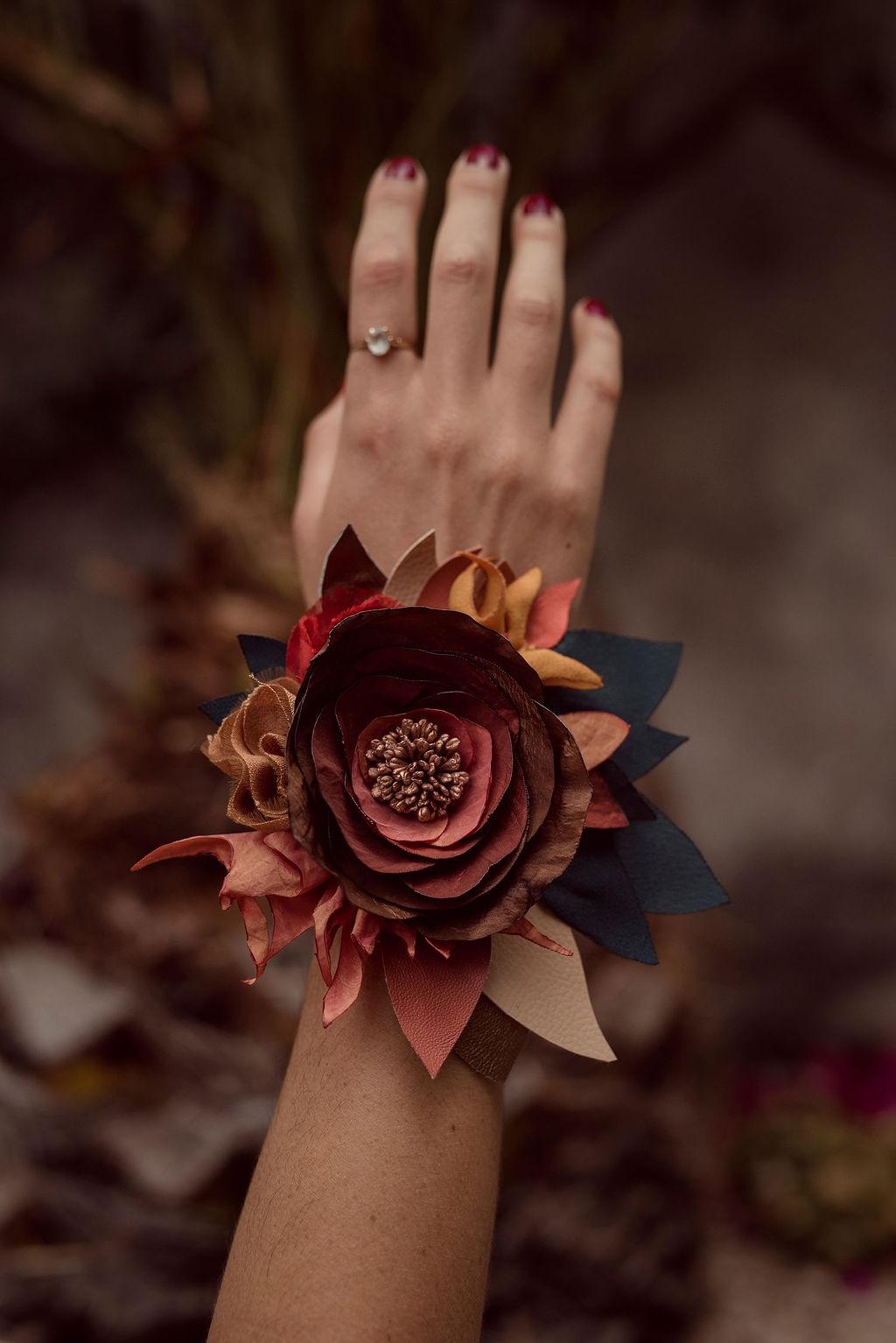 Bracelet de poignet fleurs en tissu Alice MARTY Couture Florale Accessoires mariage et jolis jours