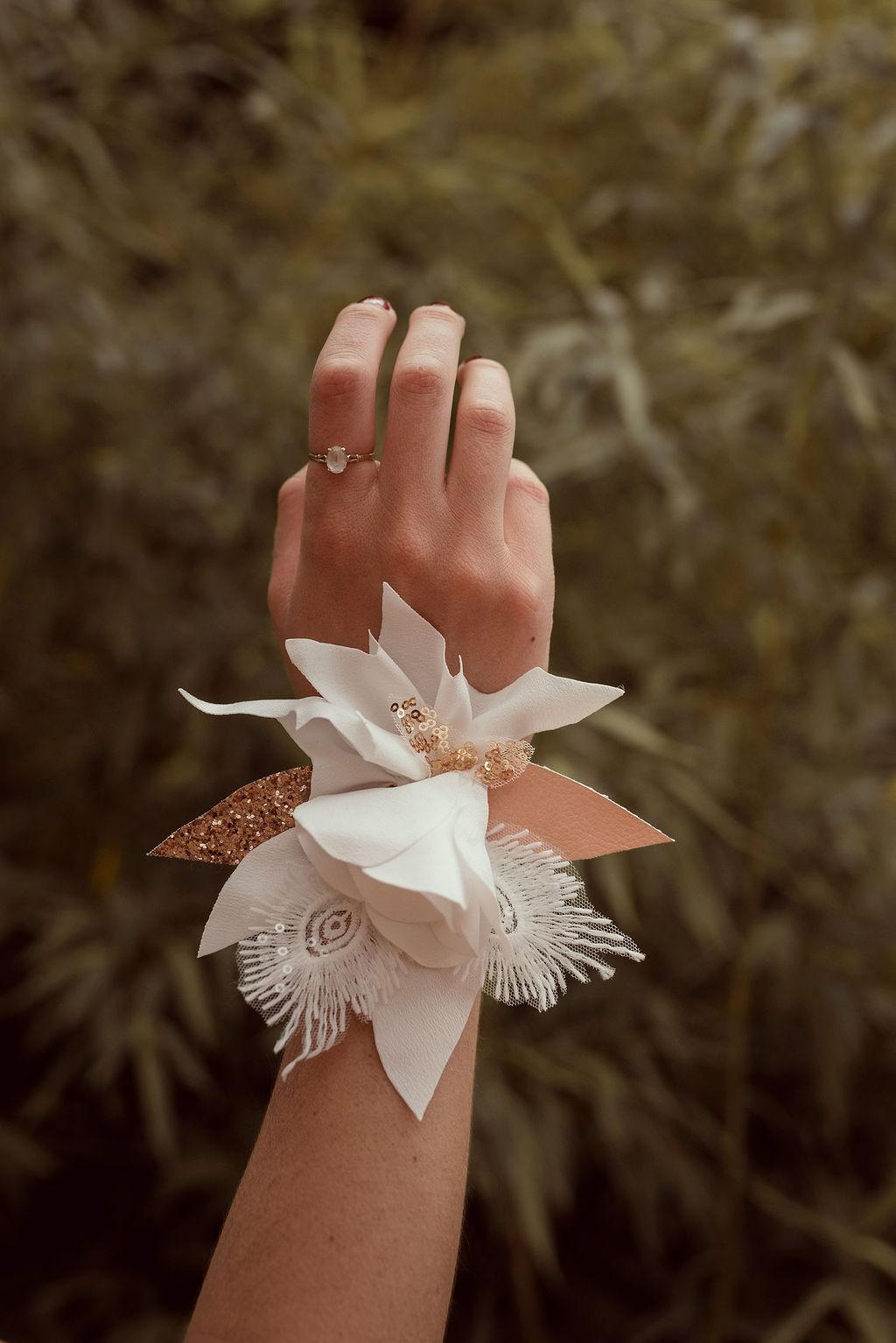 Bracelet fleuri mariée fleurs en tissu Alice MARTY Couture Florale Accessoires mariage et jolis jours