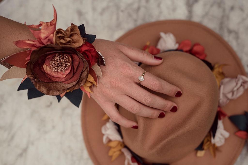 Fleurs en tissu ornement de chapeau et bracelet large Alice MARTY Couture Florale Accessoires mariage et jolis jours