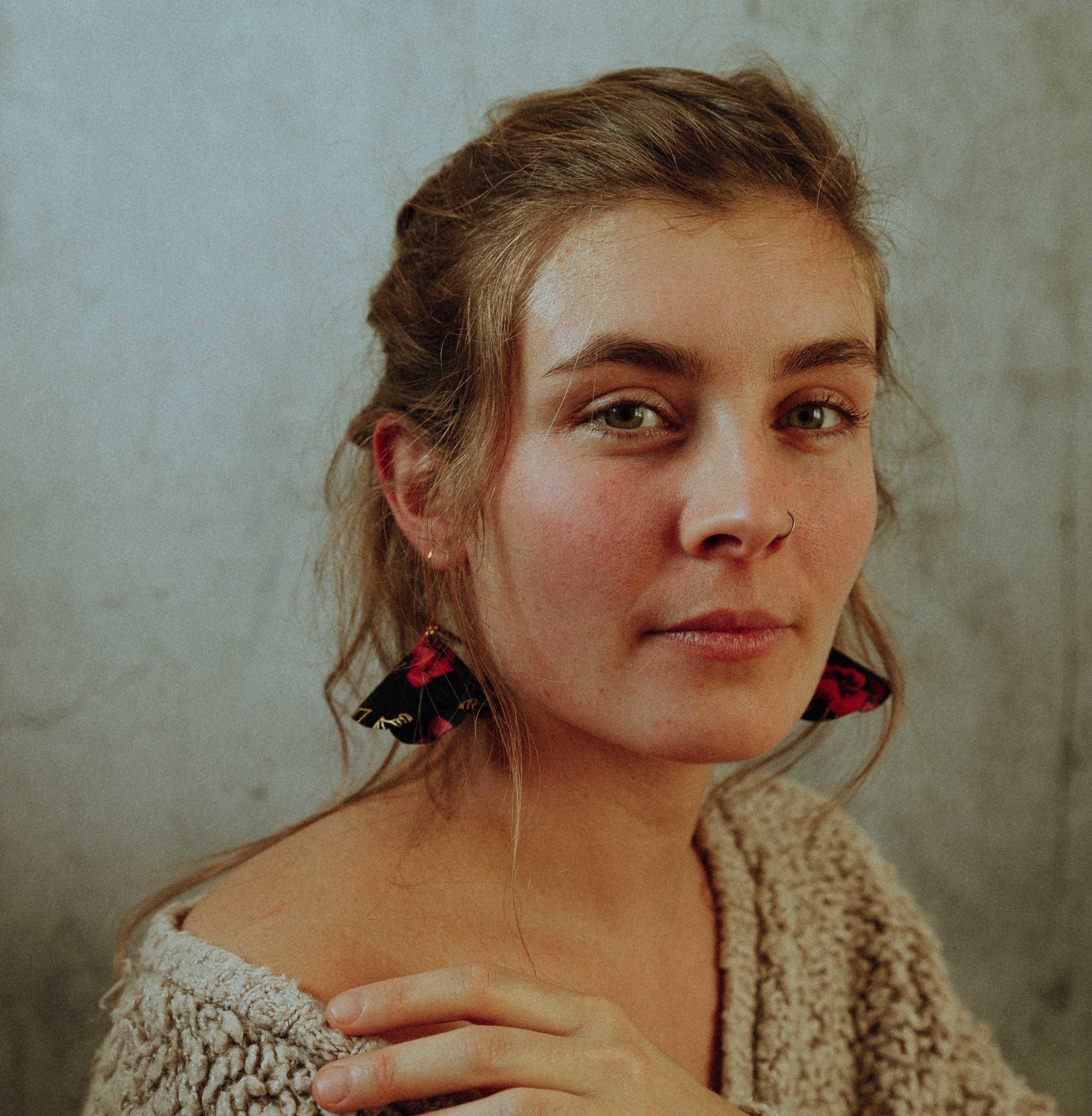 Boucles d'oreilles fleurs textiles Eugénie fleur en tissu Alice Marty Couture florale Créatrice mariage Albi Toulouse