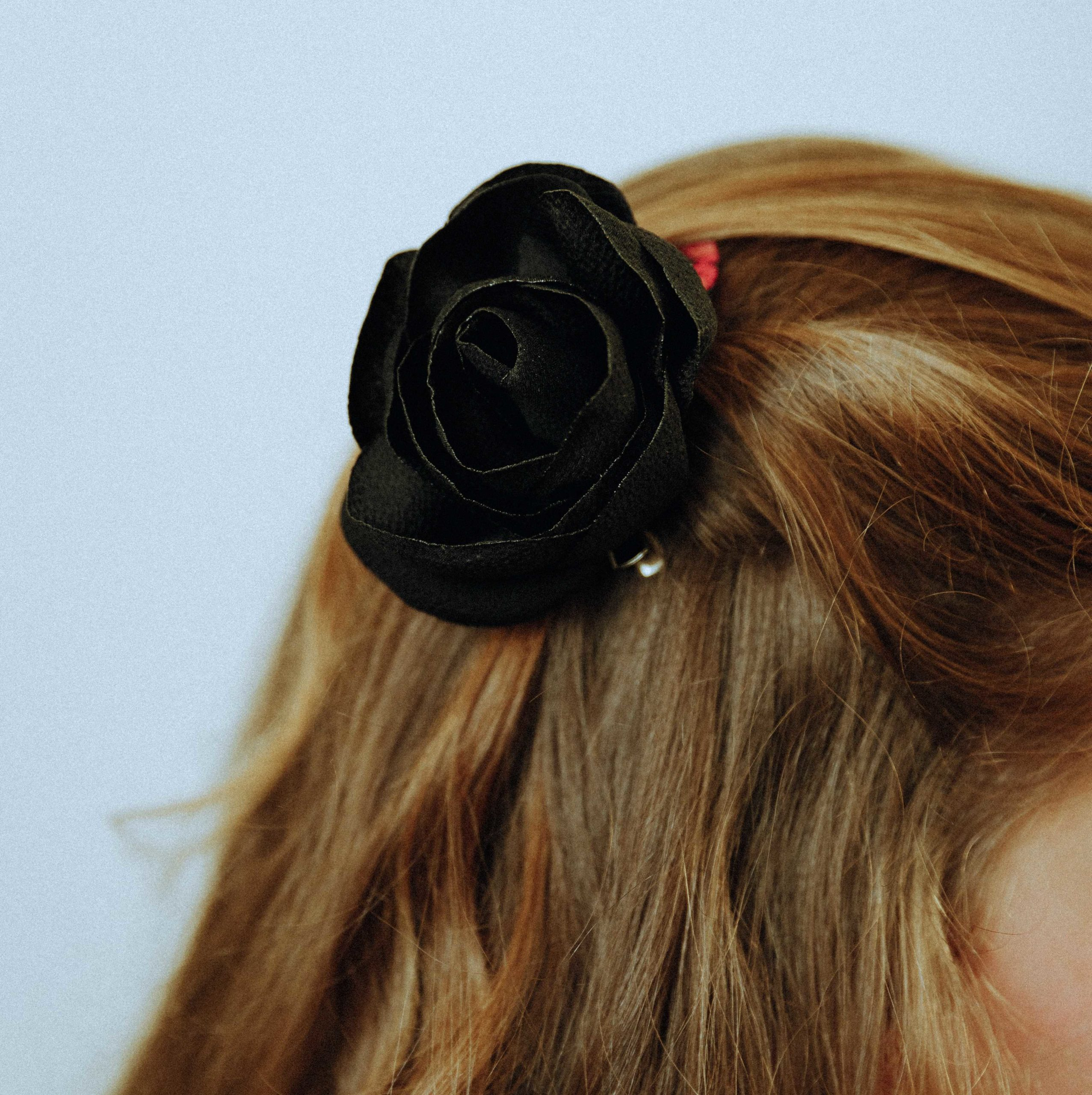 Broche Madeleine Rose en tissu Alice Marty Couture florale Créatrice mariage Albi Toulouse