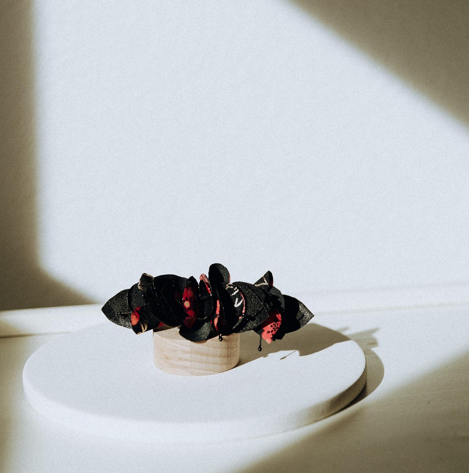 Barrette Solène version pétales et petites feuilles en tissu Alice Marty Couture florale Créatrice mariage Albi Toulouse