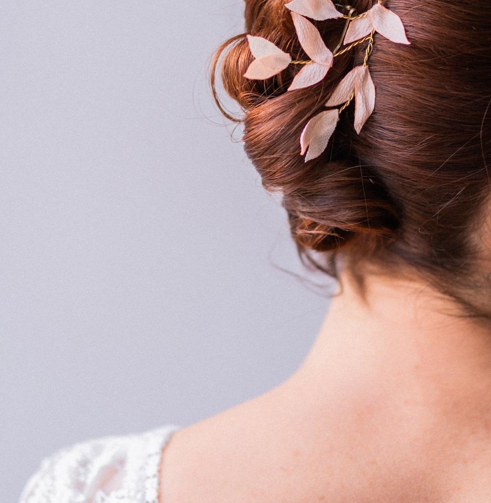 Ornement Luce Petites feuilles Satin gaufré nude Alice Marty- Couture florale Accessoires mariage Albi Toulouse