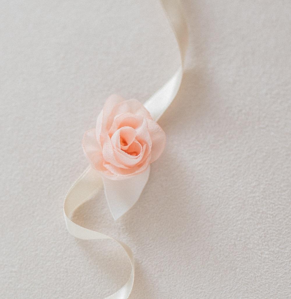 Bracelet fleuri enfant cortège mariage Rose en mousseline montée sur ruban de satin Alice MARY Artisan d'art Accessoire Albi Toulouse