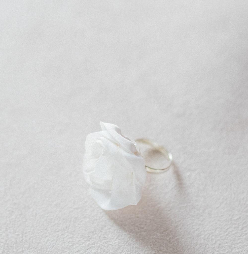 Bague fleurie mariée modèle Irène Petite rose textile en satin microfibre Alice Marty Créatrice d'accessoires Albi Toulouse