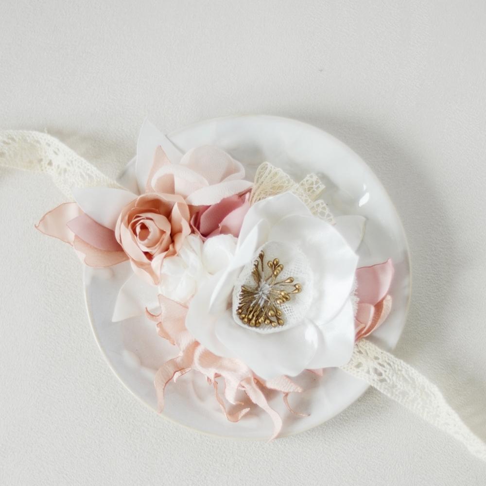 Alice Marty Créatrice d'accessoires mariage Headband fleuri sur dentelle pavot et feuilles